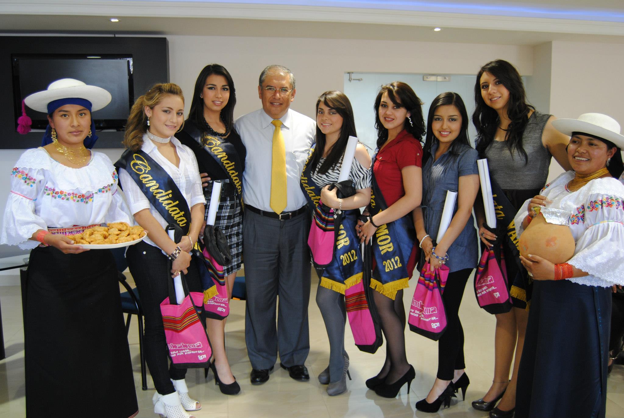 Candidatas a Reina del Yamor 2012, en visita al Prefecto de Imbabura Ing. Diego García. foto: Gobierno Provincial de Imbabura