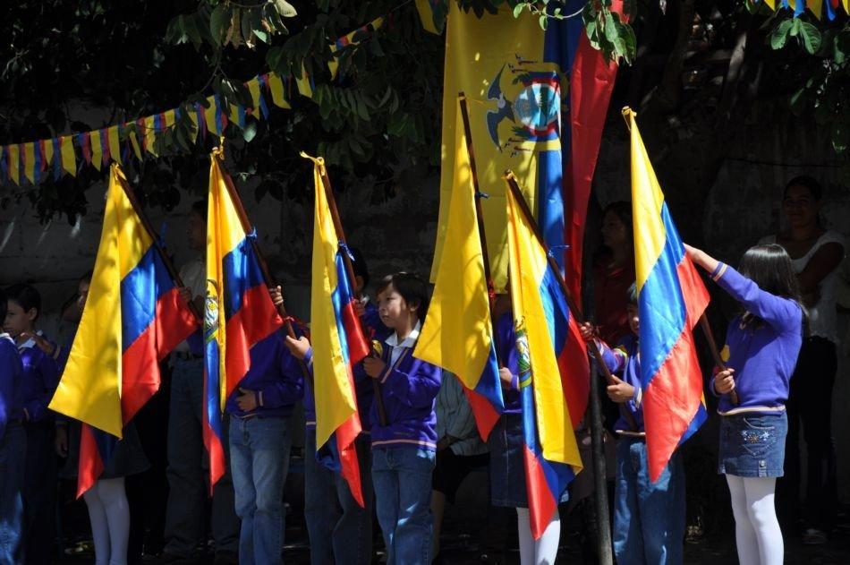 27 de febrero.-Banderas Ecuador Foto Acuario27