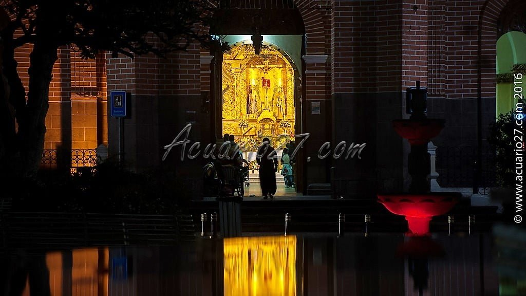 La Iglesia de San Luis en Otavalo desde la pileta del parque Simón Bolívar