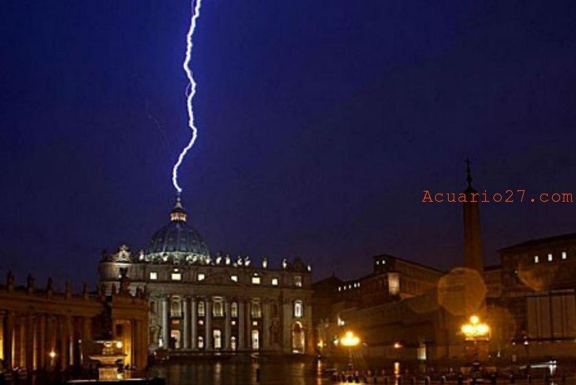La popular foto que muestra el rayo golpeando la basílica de San Pedro el mismo día en el que el papa Benedicto XVI anunció su renuncio. Foto: EFE/Alessandro Di Meo