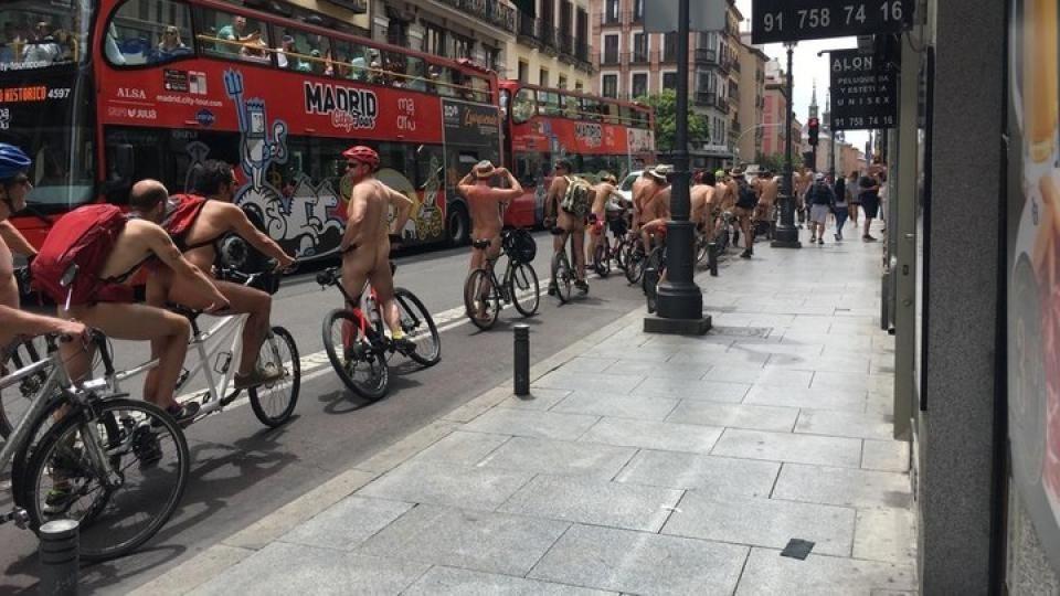 Ciclistas desnudos en la gran v�a, Espa�a, foto AFP